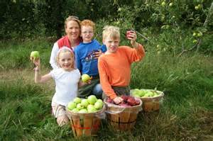 family-with-apples-barels